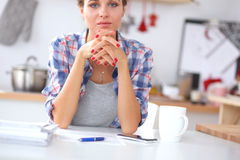 Uśmiechnięta kobieta z filiżanką kawy wewnątrz i gazetą Zdjęcia Stock