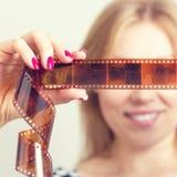 Uśmiechnięta kobieta z fotograficznym filmem w rękach zdjęcie royalty free