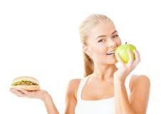 Uśmiechnięta kobieta z jabłkiem i hamburgerem Obrazy Stock