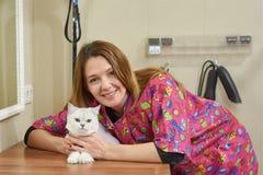 Uśmiechnięta kobieta z kotem Obraz Royalty Free