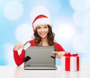 Uśmiechnięta kobieta z kredytową kartą i laptopem Obraz Stock