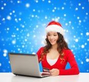 Uśmiechnięta kobieta z kredytową kartą i laptopem Zdjęcia Royalty Free