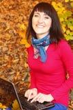 Uśmiechnięta kobieta z laptopem w jesień parku Obraz Stock