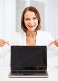 Uśmiechnięta kobieta z laptopu komputerem osobistym Fotografia Stock