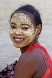 Uśmiechnięta kobieta z malującą twarzą Obrazy Royalty Free