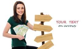 Uśmiechnięta kobieta z mapami i strzała Obrazy Royalty Free