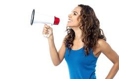 Uśmiechnięta kobieta z megafonem odizolowywającym na bielu obraz royalty free