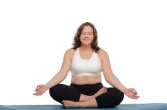 Uśmiechnięta kobieta z nadwaga ćwiczy joga obrazy royalty free