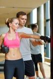 Uśmiechnięta kobieta z osobistym trenera boksem w gym Obraz Royalty Free