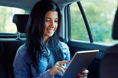 Uśmiechnięta kobieta z pastylka komputerem obraz stock
