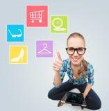 Uśmiechnięta kobieta z pastylka komputeru osobistego komputerem w domu obraz stock