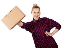 Uśmiechnięta kobieta z pustym kartonem w ręce na białym tle zdjęcia royalty free