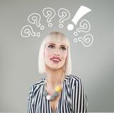Uśmiechnięta kobieta z pytanie oceną nad głowa obrazy stock