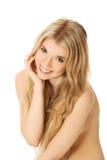 Uśmiechnięta kobieta z ręką pod podbródkiem Obraz Royalty Free