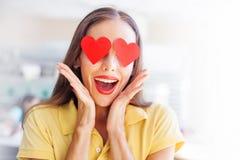 Uśmiechnięta kobieta z sercami na jej oczach obrazy royalty free
