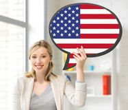 Uśmiechnięta kobieta z teksta bąblem flaga amerykańska Zdjęcie Stock