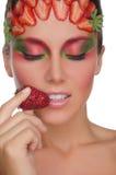 Uśmiechnięta kobieta z truskawkami na twarzy i ręce Zdjęcie Stock