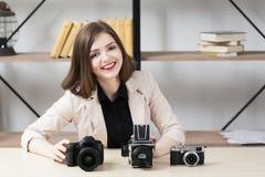 Uśmiechnięta kobieta z trzy fotografii kamerami Zdjęcia Royalty Free