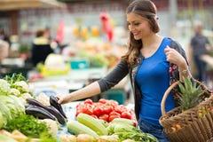 Uśmiechnięta kobieta z warzywem na kramu Zdjęcie Royalty Free