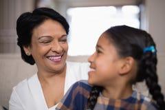 Uśmiechnięta kobieta z wnuczką Zdjęcie Royalty Free