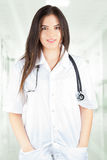 Uśmiechnięta kobiety lekarka patrzeje o kamera Zdjęcie Royalty Free