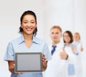 Uśmiechnięta kobiety lekarka, pielęgniarka z pastylka komputerem osobistym lub Obrazy Stock