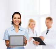 Uśmiechnięta kobiety lekarka, pielęgniarka z pastylka komputerem osobistym lub Obraz Stock