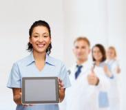 Uśmiechnięta kobiety lekarka, pielęgniarka z pastylka komputerem osobistym lub Zdjęcie Royalty Free