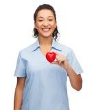 Uśmiechnięta kobiety lekarka, pielęgniarka z sercem lub Zdjęcie Stock