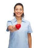 Uśmiechnięta kobiety lekarka, pielęgniarka z sercem lub Fotografia Stock