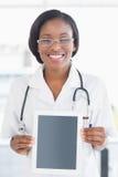 Uśmiechnięta kobiety lekarka trzyma cyfrową pastylkę Fotografia Royalty Free