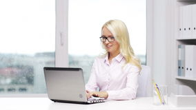 Uśmiechnięta kobiety sekretarka, uczeń z laptopem lub zdjęcie wideo