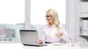 Uśmiechnięta kobiety sekretarka, uczeń z laptopem lub zbiory