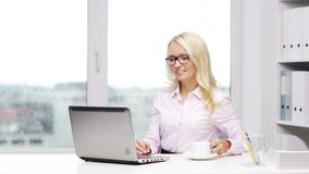 Uśmiechnięta kobiety sekretarka, uczeń z laptopem lub zbiory wideo