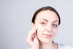 Uśmiechnięta kobiety szorowania twarz Używać Twarzowego Cleanser obrazy stock