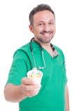 Uśmiechnięta lekarka oferuje filiżankę pigułki lub leki Obraz Stock