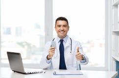 Uśmiechnięta lekarka z pastylkami pokazuje aprobaty Fotografia Stock