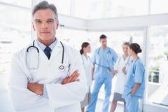 Uśmiechnięta lekarka z rękami krzyżować Obraz Royalty Free
