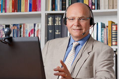 Uśmiechnięta mężczyzna komputeru słuchawki obrazy stock