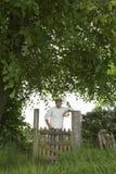 Uśmiechnięta mężczyzna pozycja Przez Śródpolną bramę Obraz Royalty Free