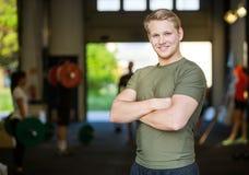 Uśmiechnięta Męska atlety pozycja Przy Gym Obraz Stock