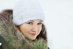Uśmiechnięta młoda ładna kobieta z zielonymi oczami w zimie outdoors Obraz Stock