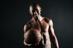 Uśmiechnięta młoda afro amerykańska gracza koszykówki mienia piłka Obrazy Stock