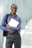 Uśmiechnięta młoda biznesmen pozycja w budynku z laptopem Obrazy Royalty Free