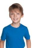 Uśmiechnięta młoda chłopiec w błękitnej koszula fotografia royalty free