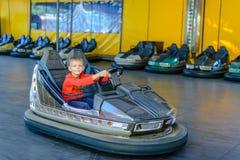 Uśmiechnięta młoda chłopiec w rekordowym samochodzie Zdjęcie Royalty Free