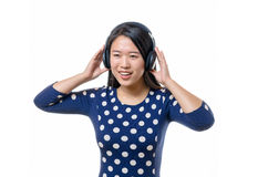 Uśmiechnięta młoda Chińska kobieta z słuchawkami zdjęcie royalty free