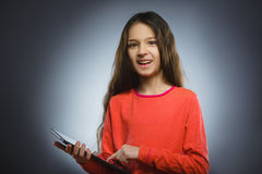Uśmiechnięta młoda dziewczyna lub nastolatek z pastylka komputeru osobistego komputerem zdjęcie royalty free