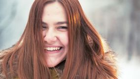 Uśmiechnięta młoda dziewczyna w śnieżnym, zimno park Jest zabawy i aktywnego miotania snowball przy kamerą zbiory wideo