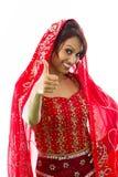 Uśmiechnięta młoda Indiańska kobieta pokazuje kciuk up podpisuje Zdjęcia Royalty Free